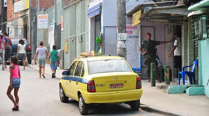 Un taxi parado en la favela del Complexo do Alemão de Río de Janeiro. Foto: Saulo Cruz