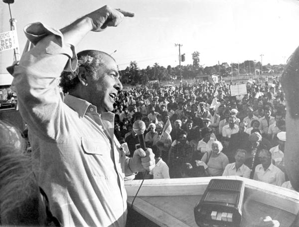 Brizola-discursa-para-o-povo-brasileiro-nos-idos-dos-anos-1970
