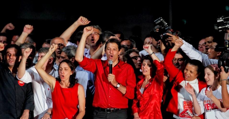 28out2012---fernando-haddad-pt-com-microfone-prefeito-eleito-de-sao-paulo-neste-domingo-discursa-em-palco-montado-por-militantes-do-pt-na-avenida-paulista-zona-central-da-capital-1351471642479_956x500