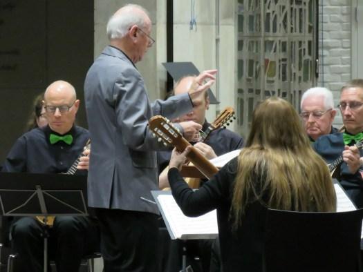 Joe Van Dunnegem als concertmeester, Marcel De Cauwer als dirgent en enkele andere eerste en twee mandolines plus onze eerste gitaar op het concert voor Anna 3 in november 2017