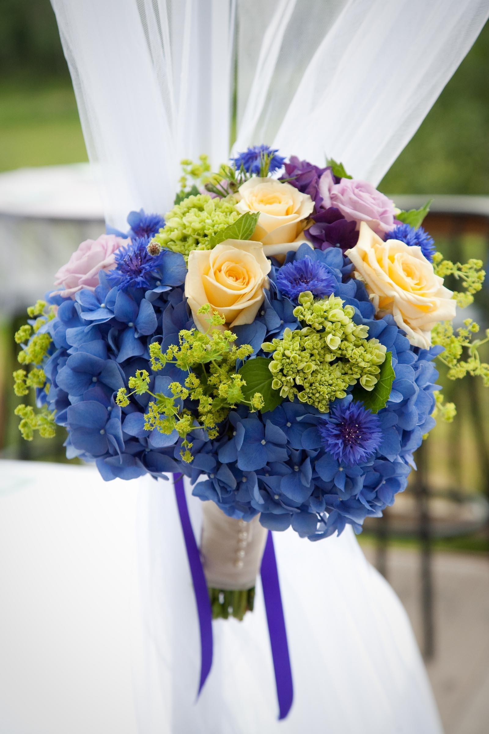 Brautstrau mit blauen Hortensien  Heiraten mit brautde