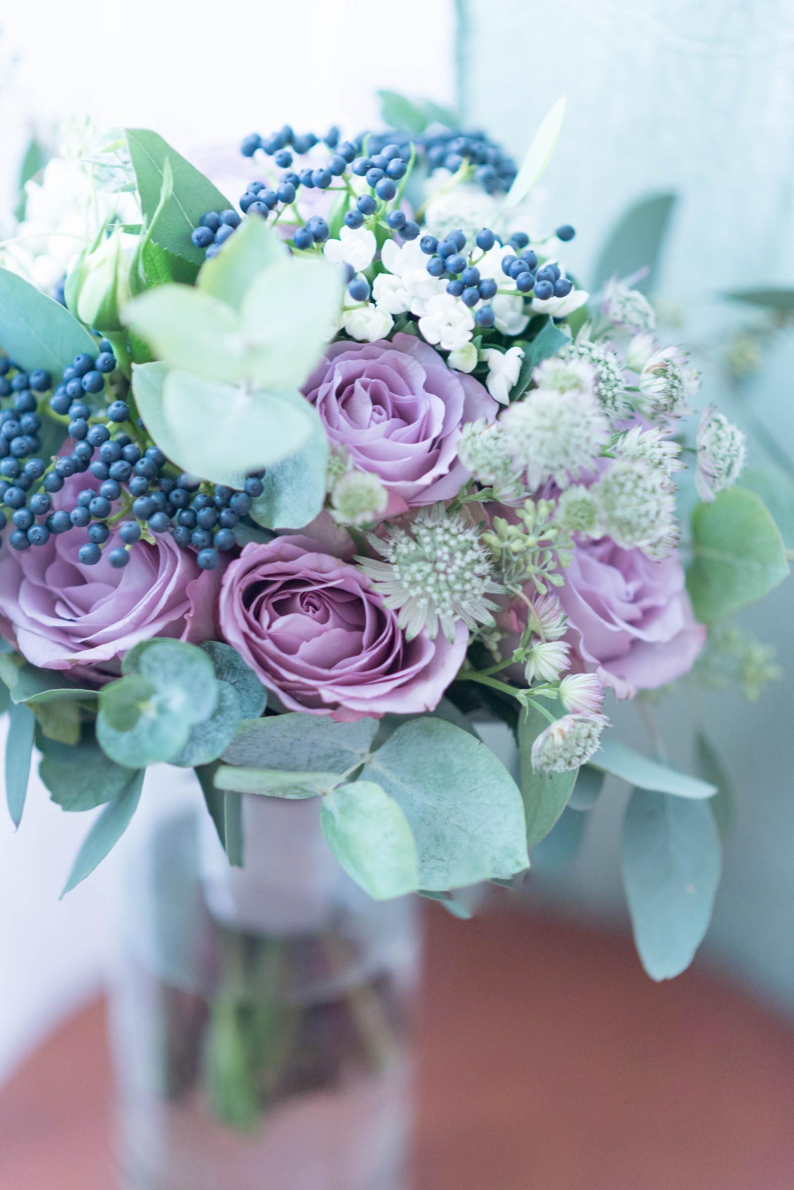 lila Brautstrau mit Eukalyptus  Heiraten mit brautde
