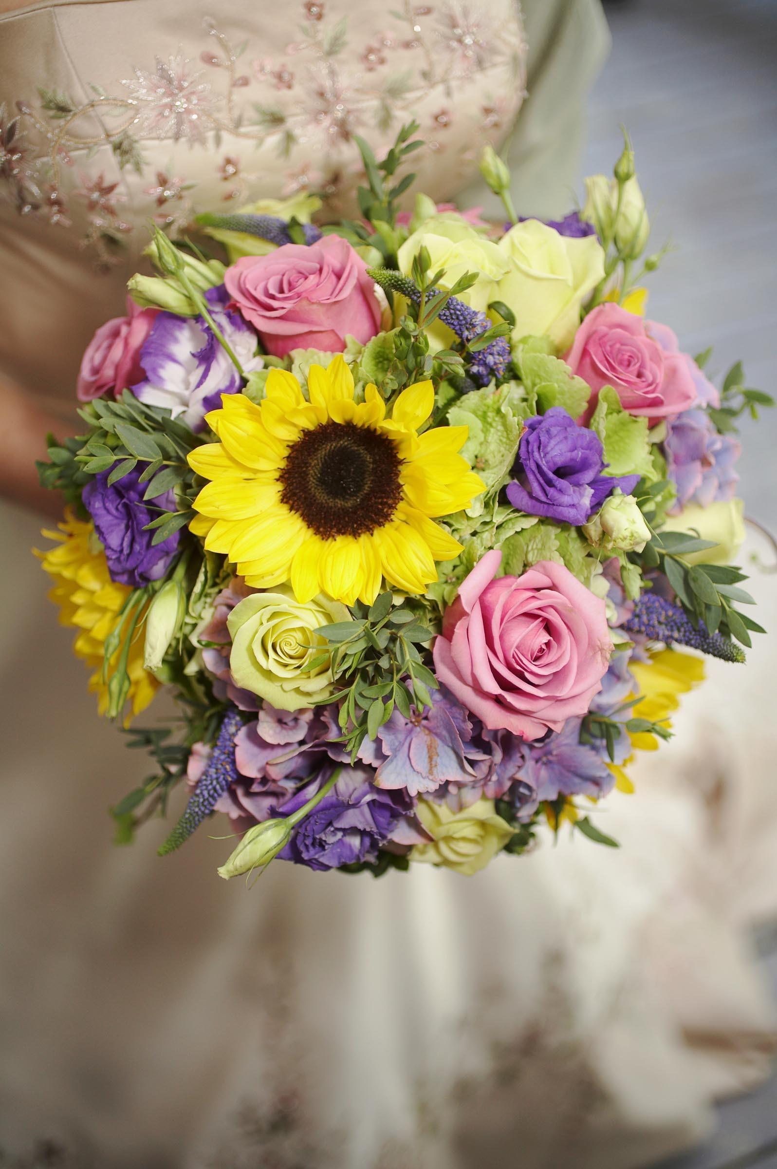 bunter Brautstrau mit Sonnenblumen  Heiraten mit brautde