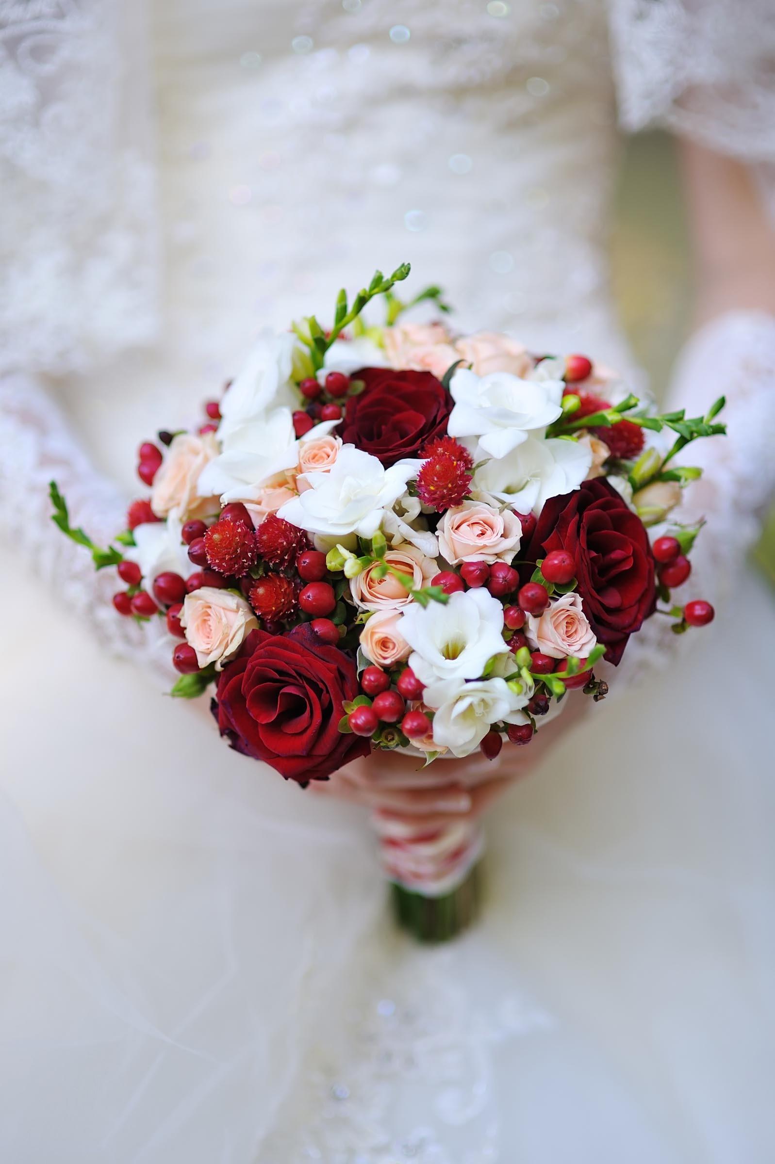 Brautstrau mit Hagebutten  Heiraten mit brautde