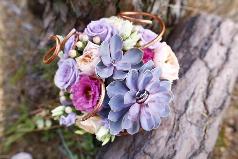 Brautstrau mit Sukkulenten und Rosen  Heiraten mit brautde