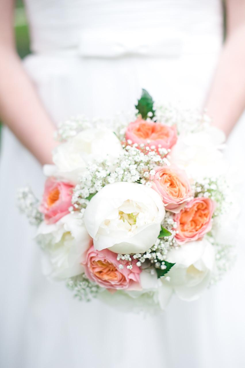 Brautstrau aus Pfingstrosen Rosen und Schleierkraut