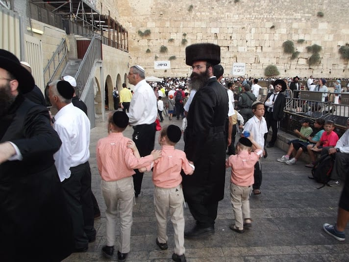 A father and his sons arrive at the Western Wall to take part in Hakhel. (Photo: Adam Eliyahu Berkowitz/ Breaking Israel News)