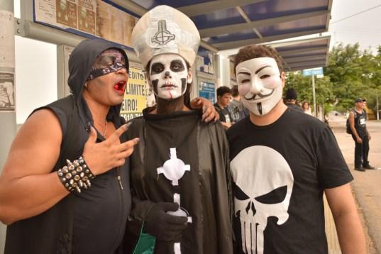Edward (à esquerda) junto com os manifestantes performáticos