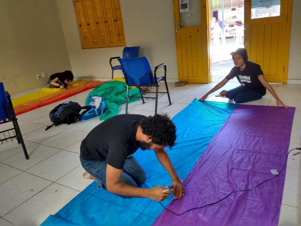 Estudantes montando a bandeira (Foto: Facebook)
