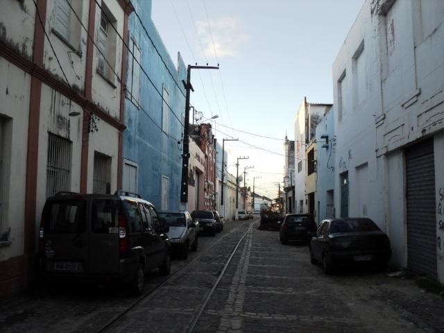 Trilhos dos bondes ainda existem na Rua Chile