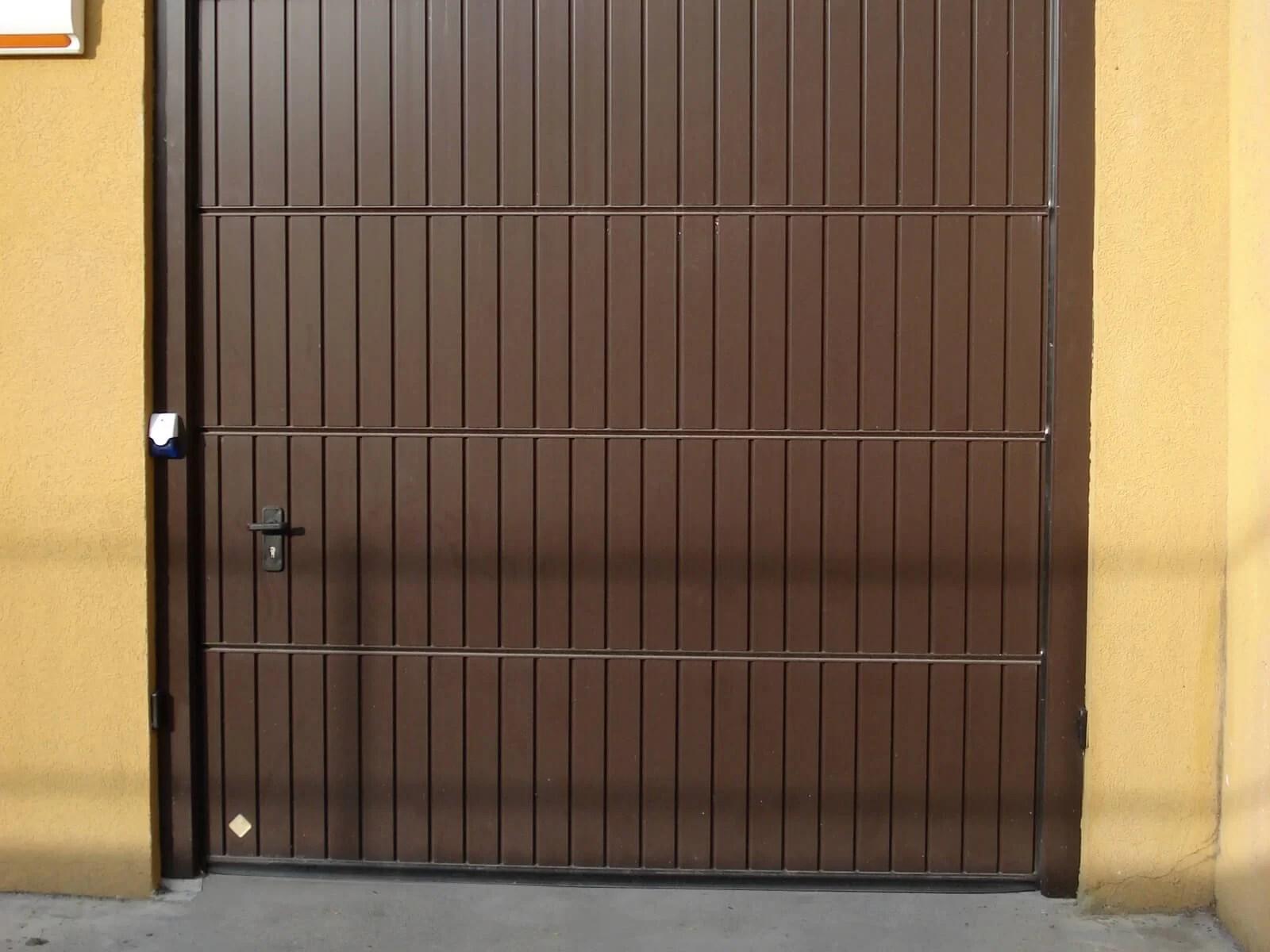 Portone sezionale in alluminio PEGASO DOGA - Marrone C17