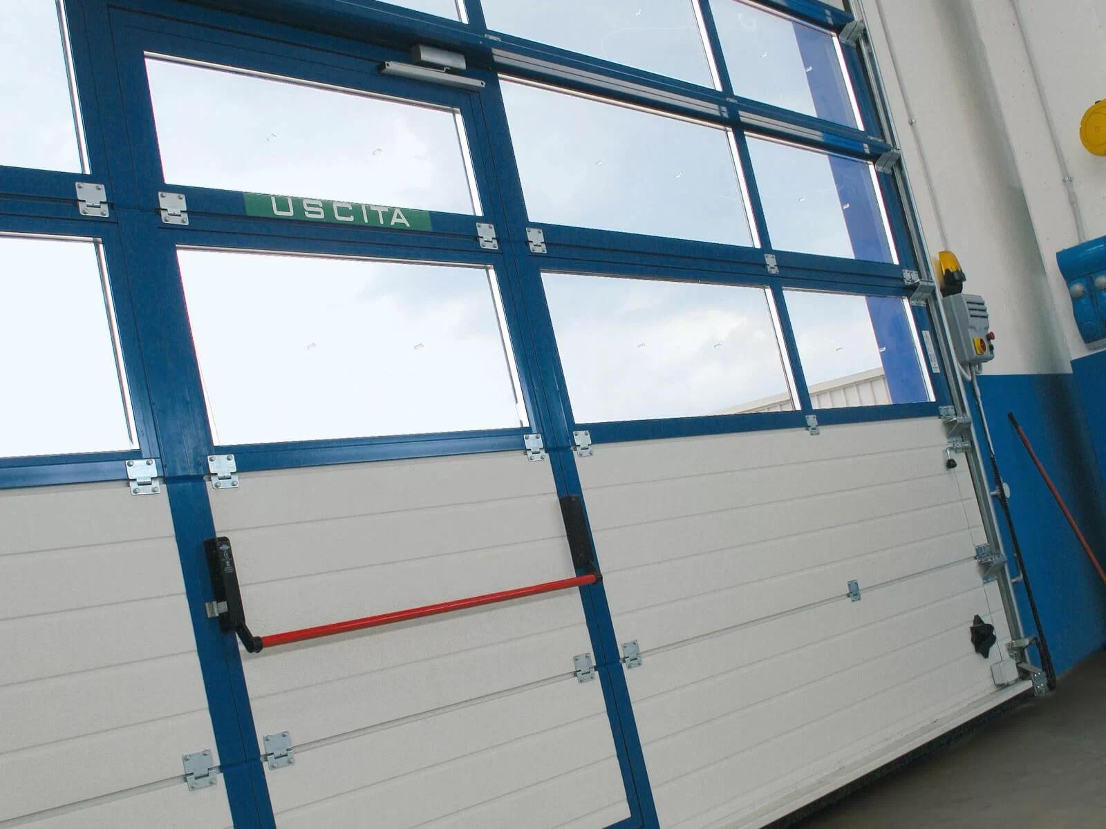 Portone sezionale industriale SECURA - Stucco blu RAL 5010 Visa porta pedonale vista interna