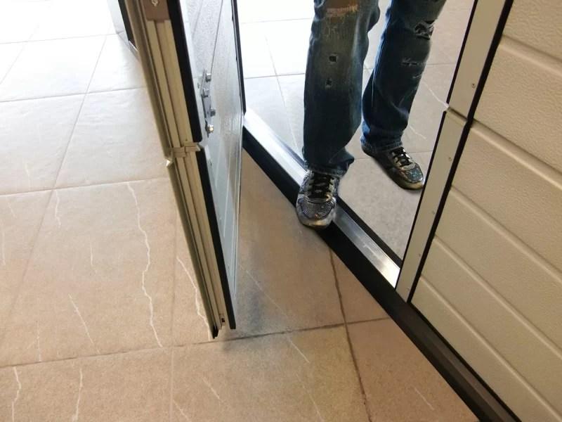 Dettaglio porta pedonale a soglia ribassata