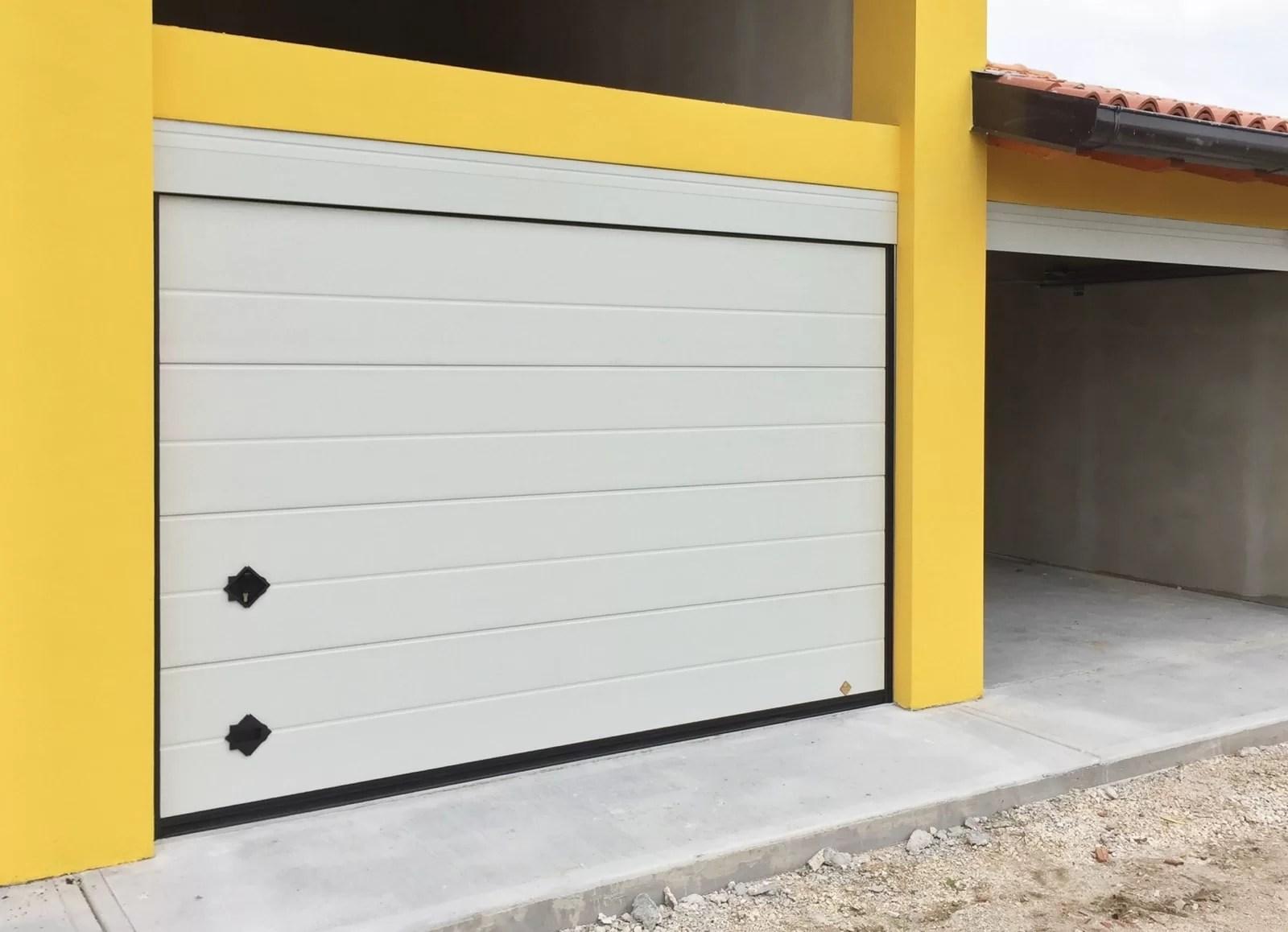 Portone sezionale da garage ARES - Woodgrain Base bianco C21