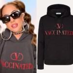 VALENTINO自己推出山寨帽T,Logo變成VACCINATED「已接種疫苗」字樣
