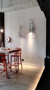 Hoe gaaf en origineel zijn deze lampen in de ontbijtzaal? En die klok, I love it!