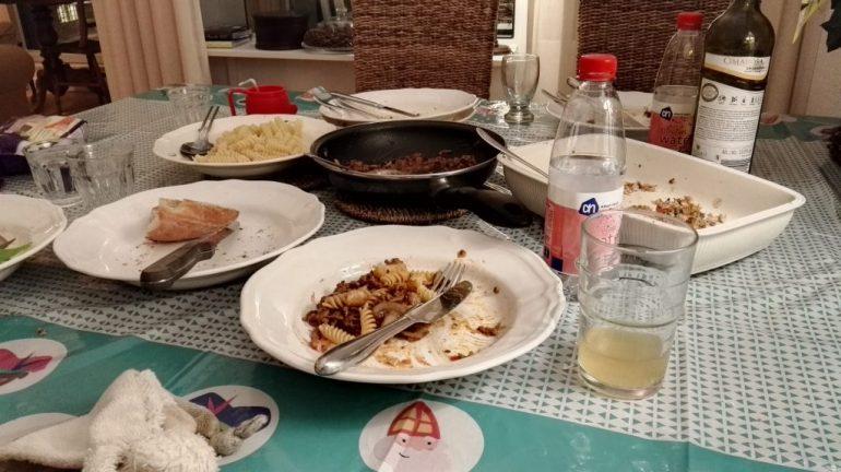 Mijn broers gingen in de loop van de middag weer huiswaarts en wij bleven nog eten. Heerlijke pasta met gevulde tomaatjes on the side. Zoals u van mij gewend bent, maakte ik natuurlijk pas weer een foto toen alles op was....