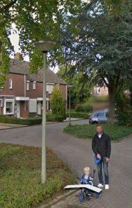 Mijn mannen gespot op Google Maps, ons huis staat daarachter, alleen is het nét niet in beeld ;)