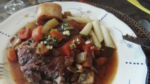Tadaaaa! Boterzacht kalfsvlees....zacht gegaarde groenten en een té lekkere saus.