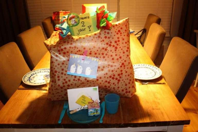 's Avonds hadden Etienne en ik de tafel al gedekt voor een heus verjaarsontbijt mét cadeau op tafel!