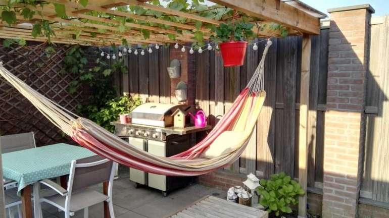 Hoe geweldig is dit hoekje? Met mijn heerlijke hangmat en gezellige lampjes lig ik er droog en warm bij deze zomer!