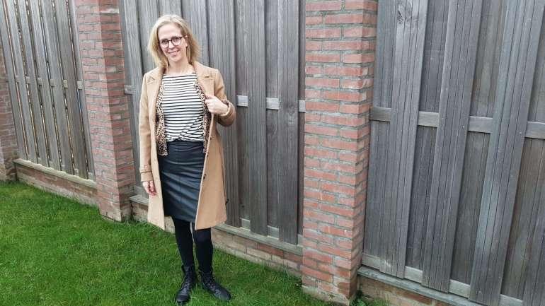 outfit camel jas leren rok biker boots streepjes shirt bregblogt.nl
