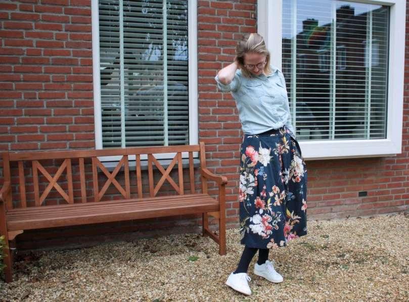 Outfit blauwe bloemenrok jeansblouse witte sneakers bregblogt.nl