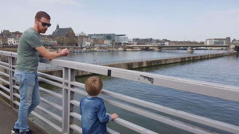 samen naar de Maas kijken bregblogt.nl