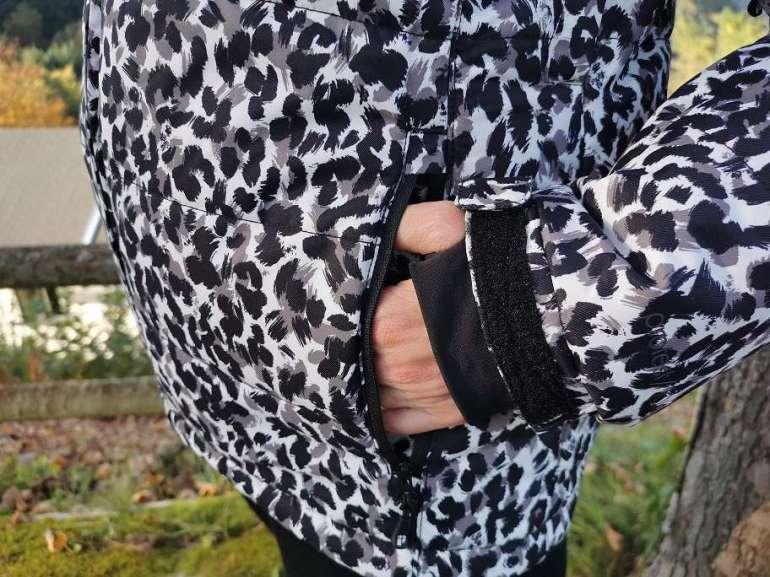 Protest wintercollectie close-up handen jas jas luipaardprint bregblogt.nl