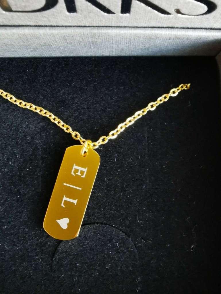 Graveerbare Gouden Bar ketting DRKS close-up bregblogt.nl
