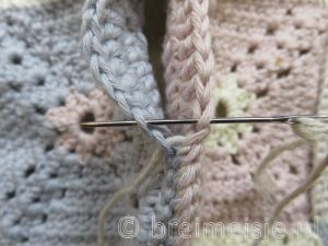 Hoe granny square aan elkaar naaien