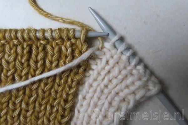 Sjaal breien met twee kleuren, stap 2