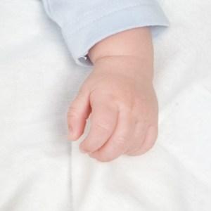 Baby koude handjes, wat kun je eraan doen?