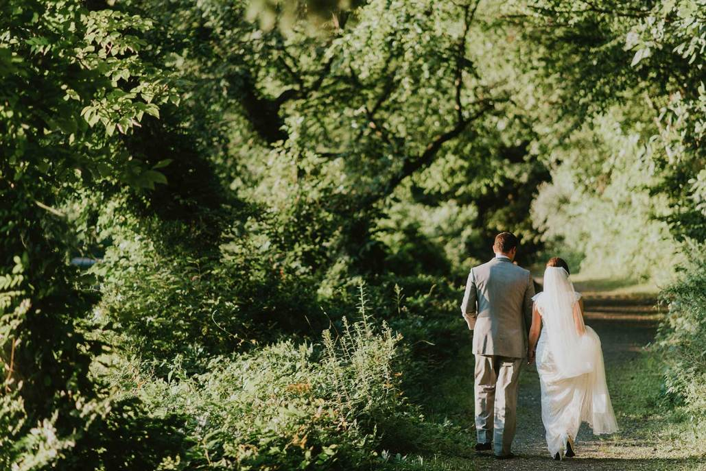 Hochzeitspaar spaziert durch den Wald - Photo by Eric Alves on Unsplash