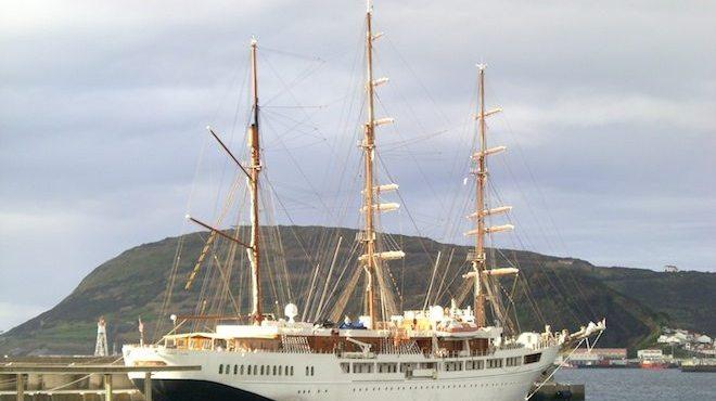 Die Sea Cloud 2 im Hafen von Horta