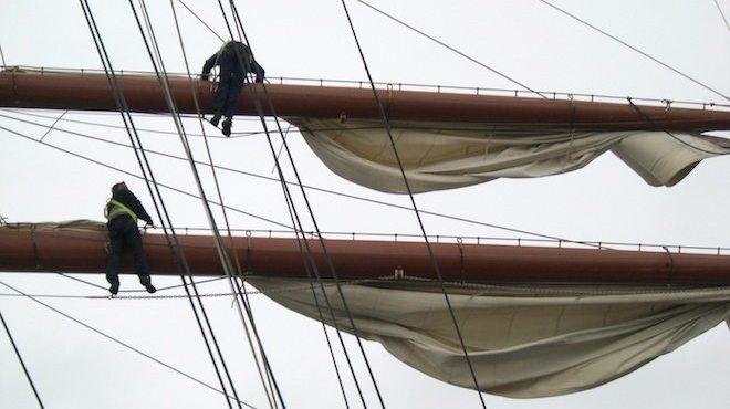 Segelsetzen auf der Sea Cloud 2 nach traditioneller Art. Matrosen klettern in die Masten und setzen das Segel.