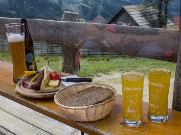 Zünftige Brotzeit in der Gamskogelhütte - Familienurlaub Österreich