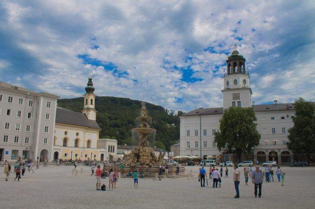 Residenzplatz in Salzburg - Familienurlaub Österreich