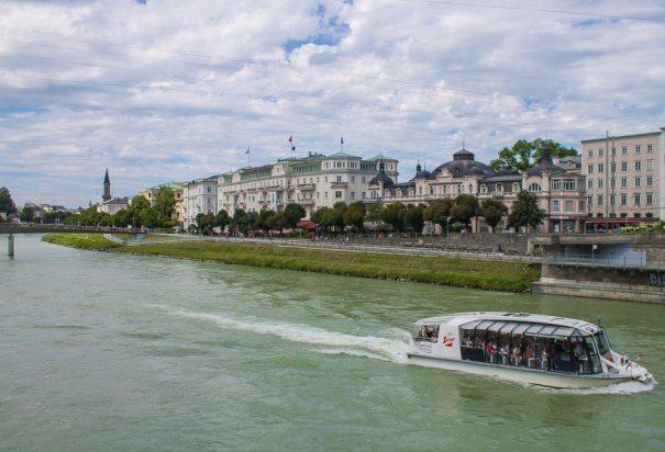 Der Fluß Salzach schlänelt sich durch die Stadt - Familienurlaub Österreich