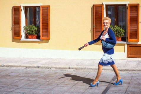 Urlaub auf Sardinien - Martin Cyris - Dame mit blauem Outfit, Foto Martin Cyris