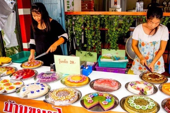 Urlaub in Thailand - Kuchenverkäuferinnen, Sukhapiban-Road, Foto Martin Cyris
