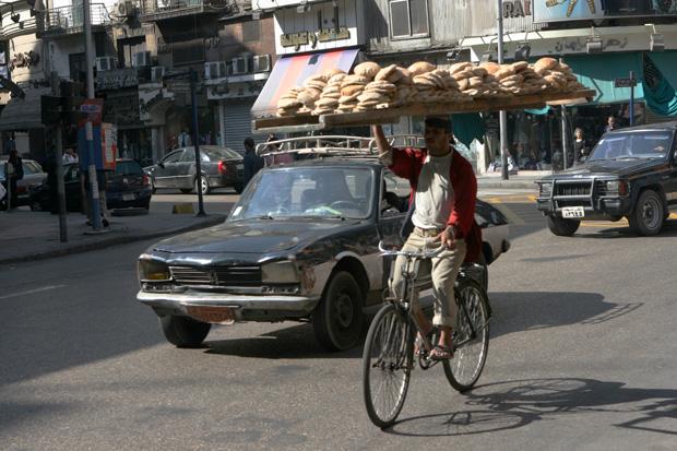Wenn der Bäcker nicht vom Taxi hinter ihm überfahren wird, gibt es bald frisches Brot.