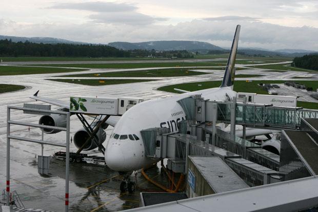 Blick von der Besucherterrasse in Zürich auf einen A380 von Singapore Airlines.