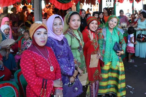 Die Hochzeitsgäste zeigten sich sehr farbenfroh.