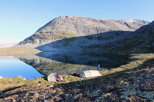 Am Seeufer bauten wir unsere Zelte auf.