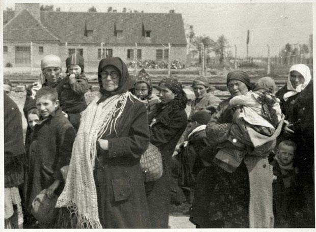 Jüdische Frauen und Kinder vor Krematorium III auf dem Weg zu Krematorium II
