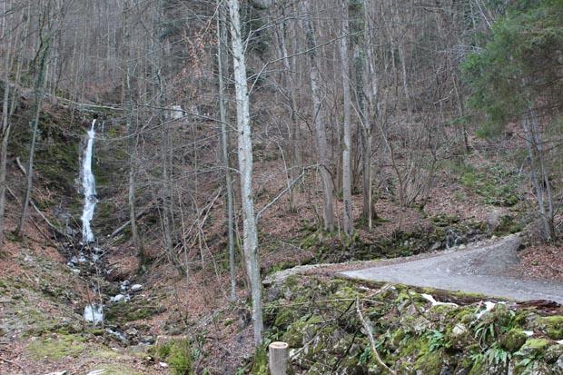Der Weg führt vorbei an einem Wasserfall