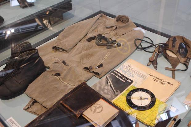 Alte Uniformen sind ebenfalls ausgestellt