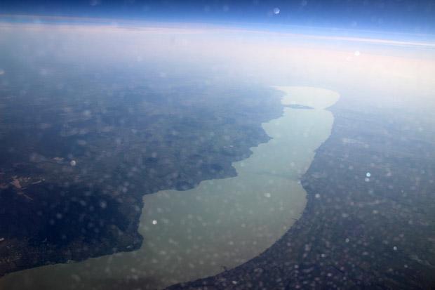 Trotz Eiskristallen auf dem Flugzeugfenster ist der Balaton unverkennbar