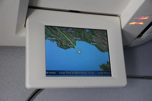 Die Monitore zeigten inzwischen wieder den Flugverlauf